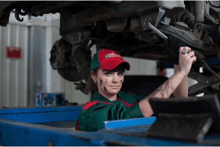 djevojka popravlja auto